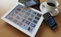Tablet, smartphone en tas koffie