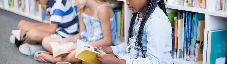 Foto lezende kinderen